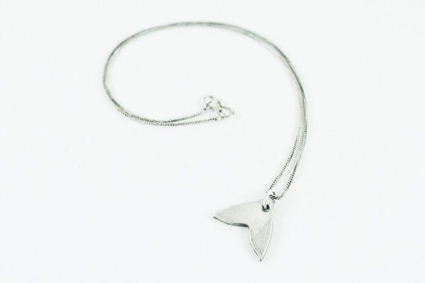 Collar cola de ballena