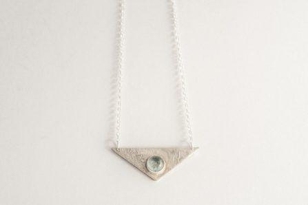 collar triángulo aguamarina